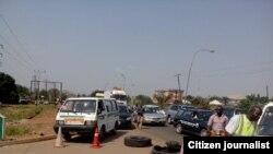Des gens font la queue pendant des heures pour acheter du carburant à la station d'essence de Mega NNPC à Makurdi, dans l'Etat de Benue, au Nigeria