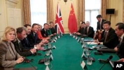 영국을 방문 중인 시진핑 중국 국가주석(오른쪽 가운데)이 21일 런던에서 데이비드 캐머런 총리(왼쪽 가운데) 및 영국 각료들과 만남을 가졌다.