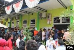 Para penumpang antri untuk mengembalikan atau menunda tiket perjalanan dengan pesawat di Bandara Adisucipto, Yogyakarta, Sabtu, 15 Februari 2014 (VOA/Munarsih)