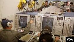 Para teknisi bekerja mengamati sistem radar NATO pada pangkalan NATO di Geilenkirchen, Jerman (foto: dok.). Turki bersedia menjadi tempat bagi sistem radar pertahanan anti-misil NATO.