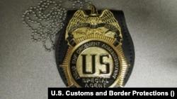 美國海關上週末查獲來自中國的美國緝毒局(DEA)的偽造徽章(美國海關和邊境保護局提供)。