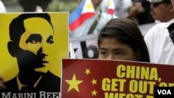 菲律賓的抗議者拿著國旗和標語牌,高呼著口號,朝著位於馬尼拉東部馬卡蒂城金融街的中國領事館走去。