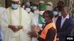 """Le maire de Niamey, Moctar Mamoudou, et l'imam de la grande mosquée de Niamey, lors de l'opération de désinfection de la mosquée """"Kadhafi"""" à Niamey, le 13 mai 2020. (Courtesy Image)"""