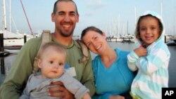 Familia Kaufman, Lyra (bebé en primer plano), Eric, Charlotte y una hermana de tres años cuyo nombre no ha sido dado a conocer.
