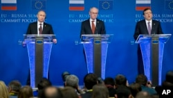 Russian President Vladimir Putin, left, European Council President Herman Van Rompuy, center, and European Commission President Jose Manuel Barroso attend a news conference at the European Commission headquarters in Brussels, Belgium, Jan. 28, 2014.