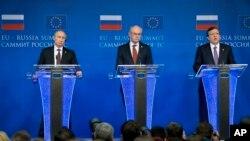 Từ trái: Tổng thống Nga Vladimir Putin, Chủ tịch Hội đồng Châu Âu Herman Van Rompuy, Chủ tịch Ủy hội Châu Âu Jose Manuel Barroso trong một cuộc họp báo tại Brussels, Bỉ, ngày 28/1/2014.
