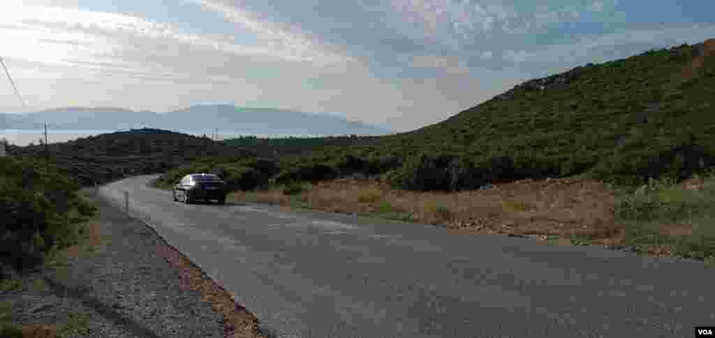 Dengiz sohiliga eltadigan yo'l. Sohil qishloq markazidan 4 kilometr uzoqlikda joylashgan.