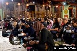 Sahur Keliling bersama Shinta Nuriyah di Kenteng Poncowinatan dihadiri komunitas dari berbagai agama, suku dan etnis berbeda, termasuk para susten dari asrama Syantikara Yogyakarta. (Foto:VOA/Munarsih Sahana)