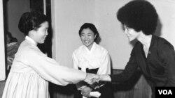 지난 1970년 평양을 방문한 캐슬린 클리버 씨(오른쪽)가 김일성 북한 주석의 부인 김성애 씨와 만나 악수하고 있다. 김성애 씨 뒤쪽으로 보이는 여성이 안고 있는 아기는 클리버 씨가 북한에서 출산한 딸 조주영희 씨다. 클리버 씨가 제공한 사진.