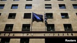 希腊央行外面有欧盟旗帜和希腊国旗