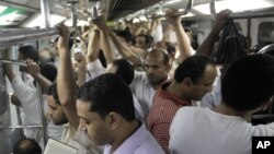 Việc cắt giảm điện khiến dịch vụ xe điện được đông đảo người Ai Cập sử dụng bị giảm bớt