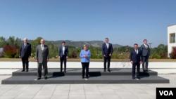 Kanselir Jerman Angela Merkel bersanding bersama dengan enam perdana menteri dari negara-negara di wilayah Balkan Barat pada pertemuan di Albania, 13 September 2021. (Foto: VOA)