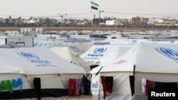 Bendera oposisi Suriah dikibarkan di kemah penampungan pengungsi Al Zaatri di Mafraq, dekat perbatasan Suriah (Foto: dok). AS tengah mempertimbangkan untuk memberikan tambahan bantuan non-senjata untuk Suriah.