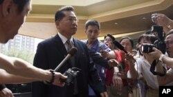 9일 베이징에 도착한 북한의 리호림 조선적십자사 총재가 기자들에 둘러쌓여 있다.