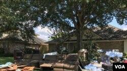 Dọn dẹp nhà cửa Scarsdale dưới cái nóng gần 100 độ F.