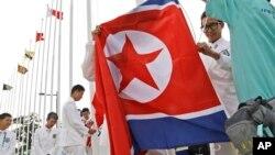 18일 인천 아시안게임 선수촌에서 북한 선수단을 환영하는 행사가 열렸다. 행사에서 북한 인공기를 게양하고 있다.