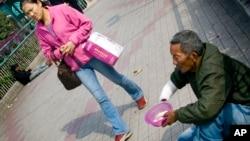 中國一名行乞者在廣州一處街上行乞(資料圖片)