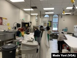 Mahasiswa di Laboratorium MICA, Baltimore. (Foto: VOA/Made Yoni)