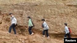 Tư liệu: Trẻ con thiểu số Hmong trên đường về nhà sau khi tan trường ở vùng tây bắc Tỉnh Điện Biên ngày 5/5/2014. REUTERS/Kham
