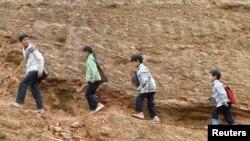 Trẻ em H'Mong trên đường từ trường về nhà ở đèo Pha Đin, phía tây bắc Điện Biên trong bức ảnh chụp ngày 5/5/2014. Một nghiên cứu mới của WB cho thấy Việt Nam cần giúp người dân tộc thiểu số phát triển qua sự kết nối trong nhiều lĩnh vực.