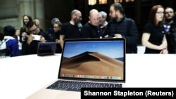 Attendees try out the new MacBook Air during an Apple launch event in the Brooklyn borough of New York, U.S., October 30, 2018. REUTERS/Shannon Stapleton