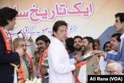 عمران خان جنوبی پنجاب صوبہ محاذ کے راہنماؤں کے ساتھ۔ 9 مئی 2018