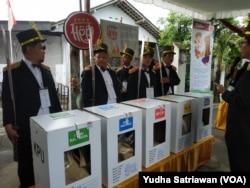 Suasana di TPS 27 Joho Solo mengangkat tema prajurit jaman dulu, Rabu (17/4) (foto: VOA/Yudha Satriawan)