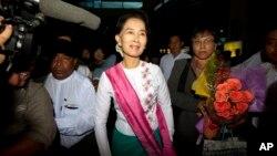 缅甸反对党领袖昂山素季(中))2015年6日10日在仰光国际机场准备前往中国进行首次正式访华之旅