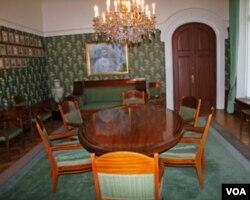 诺委会5名成员及委员会秘书评选和平奖得主的会议室(美国之音王南拍摄)