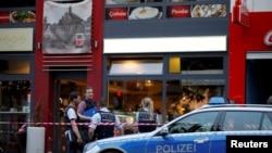 德国今年7月发生一名叙利亚难民造成一死两伤的袭击事件,警察在事发现场(2016年7月24日)