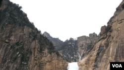 Air terjun Kuryong yang terletak di obyek wisata Gunung Kumgang di Korea Utara, tak jauh perbatasan Korea Selatan.