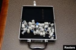 Kofer sa bočicama Tramodola, koje su pokazali federalni istražitelji u domu pripadnika američke obalske straže Christophera Paula Hassona u Silver Springu, Maryland, 20. februara 2019.