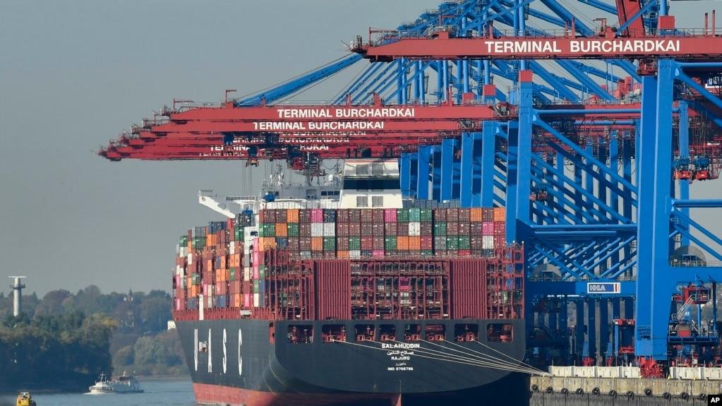 德国汉堡港的一艘正在装货的集装箱货轮。(2018年10月15日资料照)