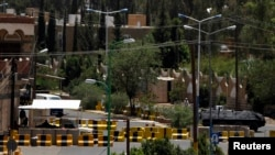 Una vista general de las barreras de cemento que rodean la embajada de Estados Unidos en Sanaá, Yemen.