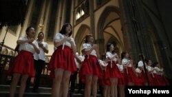 남북한 출신 청년들로 구성된 '하나통일원정대'가 11일 오후 서울 명동성당에서 '광복 71주년 기념 통일기원 합창' 행사를 열었다.