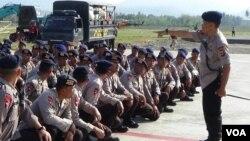 Paru anggota Polri mendapat pengarahan di dekat bandara Palu, Sulawesi, Tengah (3/10).
