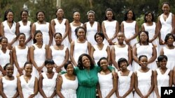 Oprah Winfrey posa junto às jovens finalistas da sua escola, em Joanesburgo