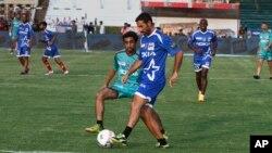 لاہور میں بین الاقوامی کھلاڑیوں کے ساتھ فٹ بال کا دوسرا نماشی میچ۔ 9 جولائی 2017