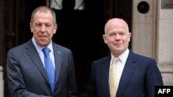 Ngoại trưởng Anh William Hague (phải) và Ngoại trưởng Nga Sergei Lavrov mở cuộc hội đàm ở London