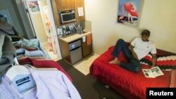Jon-Christian Stubblefield bersantai di dalam apartemen mini berukuran 18,5 meter persegi di daerah di Seattle, Washington (12/5).