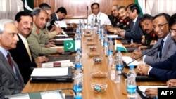Delegasi Pakistan (kiri) dan India melakukan pembicaraan mengenai demiliterisasi di kawasan Gletser Siachen.