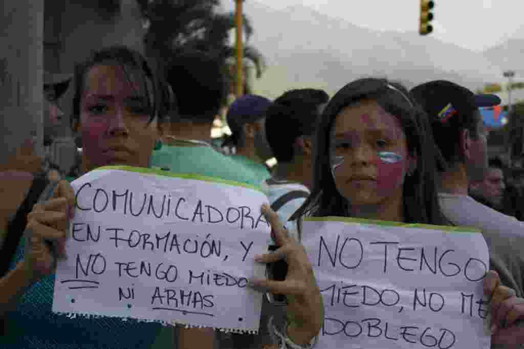 Estudiantes de periodismo en Venezuela protestan contra las radicales acciones gubernamentales para callar a los medios que critican al gobierno.
