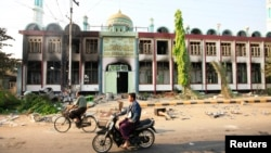 Masjid ku yaalla magaalada Meikhtila ee dalka Burma oo gubanaya 22 March, 2013