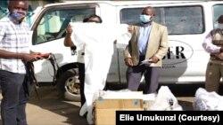 Bamwe mu batanze imfashanyo barimwo Elie Umukunzi (Uwo atangura i Bubamfu)