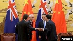 Thủ tướng Trung Quốc Lý Khắc Cường (thứ 2 bên phải) tham dự một buổi lễ ký kết với Thủ tướng Australia Malcolm Turnbull (thứ 2 bên trái) tại Đại lễ đường Nhân dân ở Bắc Kinh, Trung Quốc, 14/4/2016.