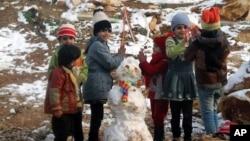 시리아 난민 아이들이 눈사람 주변에서 놀고 있다. (자료사진)