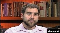 Omar Hosino, nezavisni sirijsko-američki analitičar