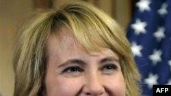 Bà Giffords hiện đang nằm trong khu cấp cứu của một bệnh viện ở thành phố Houston, bang Texas