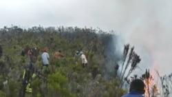Pompiers et volontaires s'attèlent à éteindre l'incendie sur le mont Kilimandjaro, en Tanzanie, le 12 octobre 2020. (Photo: Sydney Lawrence/College of African Wildlife Management, Mweka via Reuters)