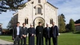 Udhëheqës të Bashkësisë Islame të Kosovës vizitojnë Manastirin e Deçanit